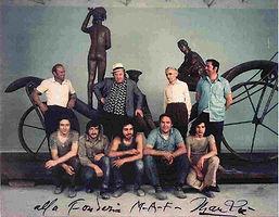 Giacomo Manzù con gli artigiani della fonderia maf