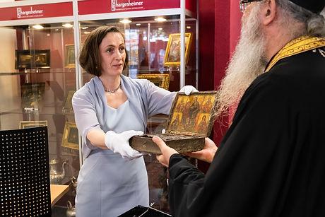 Susanne Hargesheimer bei der Schenkung eines Reliquienkästchens an die Kirche von Zypern