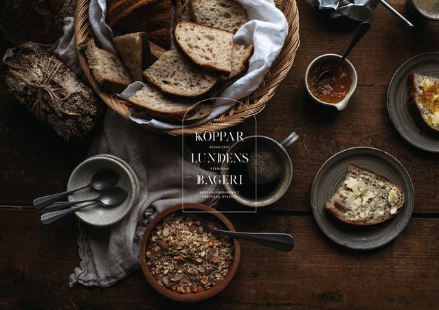 Kopparlundens Bageri Kopparlundens Bageri har funnits sedan 2007 i Västerås. Bageriet förser Västeråsarna med surdegsbröd och fika bakat för hand med riktiga råvaror från grunden. Utöver fika serveras enklare luncher och surdegspizzor. I och med att företaget växer blir utmaningen att behålla positionen som det lilla lokala bageriet i Kopparlunden. Den uppdaterade grafiska identiteten måste därför förmedla hantverk och industrikänsla kopplat till platsen på ett tydligt sätt. Genom ett uttryck som inte bara baseras på en logotyp skapar vi en inspirerande, lekfullt och varierad känsla. Foto: Linda Eliasson