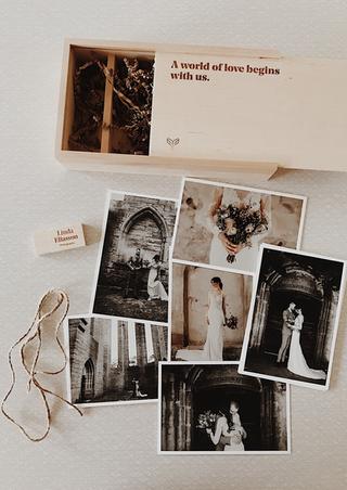 Linda är fotografen som alla vill ha på sitt bröllop! Jordnära, glad och full av energi. Och hennes utstrålning och enorma värme återspeglar sig i hennes foto.Jag har själv anlitat henne för att ta företagsbilder och bilder av min familj. Varenda bild är min favoritbild.    Jag hjärtar fick i uppdrag att ta fram en grafisk identitet Pågående arbete med kommunikation.