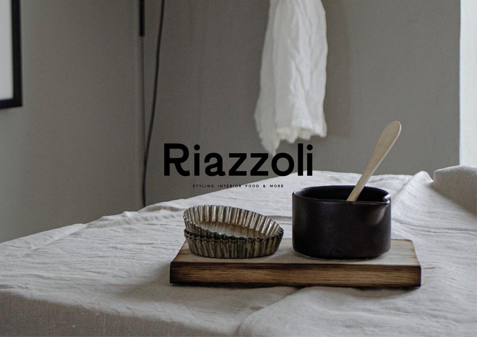 Riazzoli Riazzoli är Marias företag där hon tar uppdrag inom styling, art direction och fotografering. Det spelar inte så stor roll vad uppdraget är så länge det håller en kreativ höjd och hennes idéer får vägleda.  Jag hjärtars uppdrag är att ta fram en grafisk identitet och tillhörande webb i syfte att skapa en total visuell upplevelse av företaget.