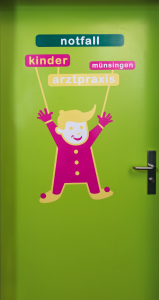 Kinderarztpraxis_notfalltür.png