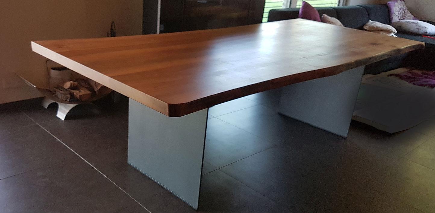 Tisch_rundummetall.jpg