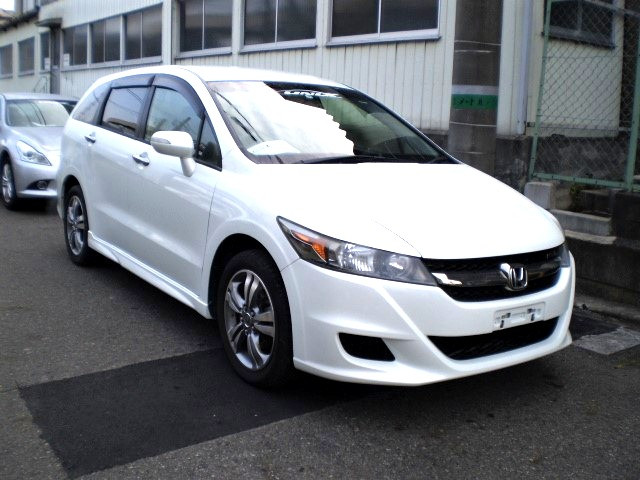 The Honda Stream RSZ is sporty body kit,