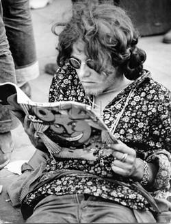 Hippie lisant un illustré