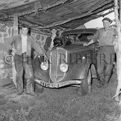 Fiers buronniers devant une Peugeot