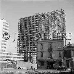 La Reconstruction : immeuble moderne