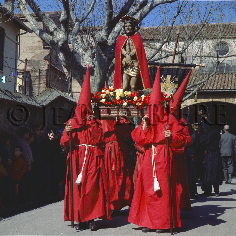Sortie de l'église : les pénitents