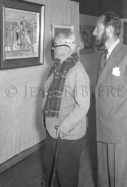 Raoul DUFY visitant une exposition
