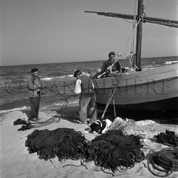 Pêcheurs dénouant les filets