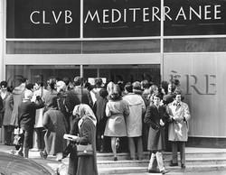 La foule devant le siège du Club Med