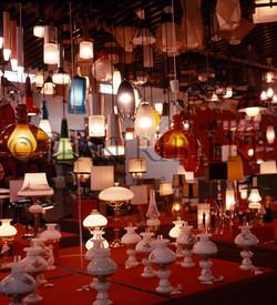 Lampes multicolores en vitrine