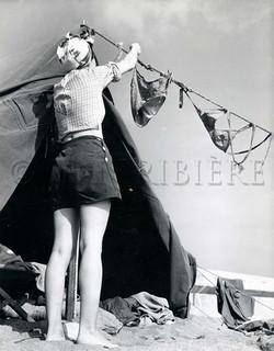 Bikini au vent et camping à la plage