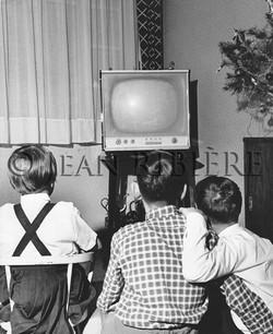 Enfants devant un match à la télé