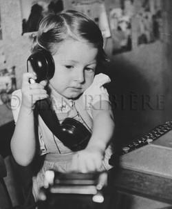 La petite fille et le téléphone