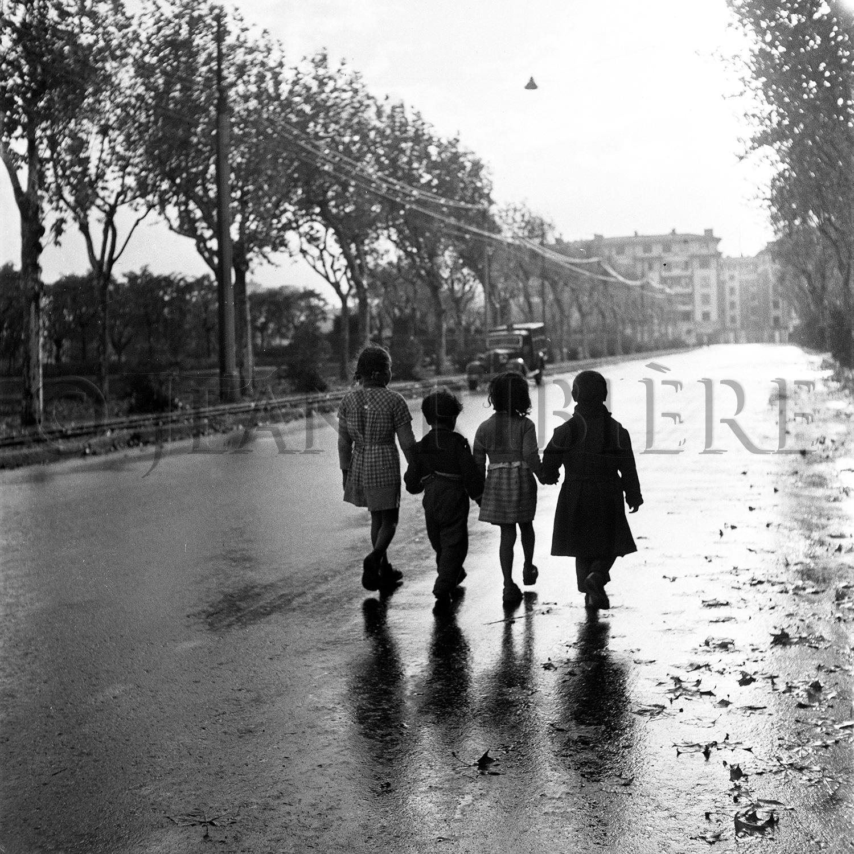 Jeunes gitans remontant le boulevard