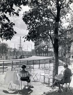 Détente face à la Tour Eiffel