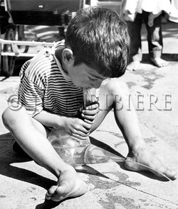 Enfant gitan s'amusant avec un porro