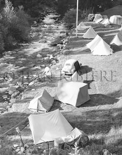 Camping et 4CV au bord de la rivière