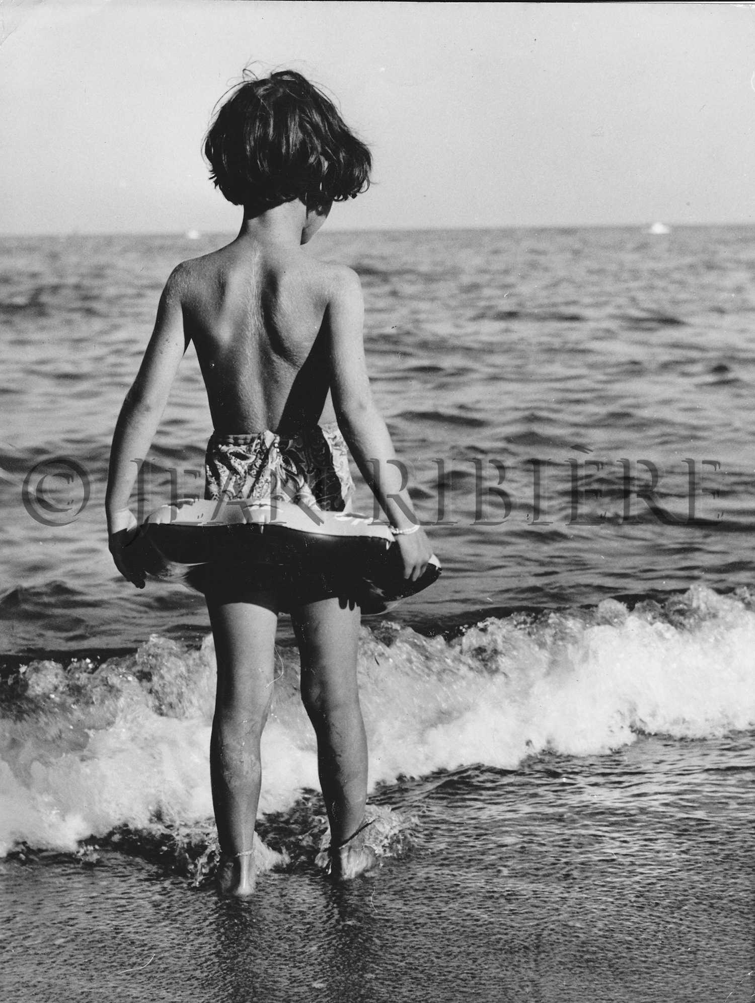 Hésitation : la fillette à la bouée
