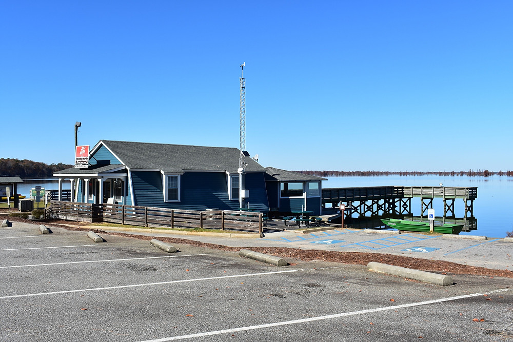 Shop with Wifi and room overlooking Lake Marion