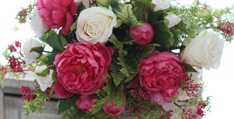 Букет из розовых пионов и роз