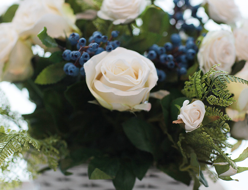 Компизция с белые розами и голубыми ягодками