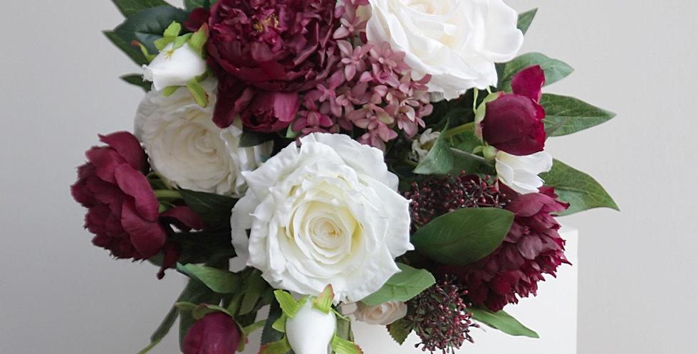Композиция с бордовыми пионами и розами