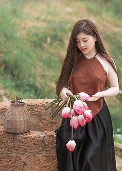 woman-holding-pink-tulips-1386604.jpg