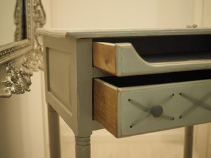 escritorio pasamanería con cajón abierto