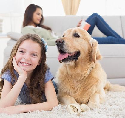 menina-com-cachorro-no-tapete-enquanto-m
