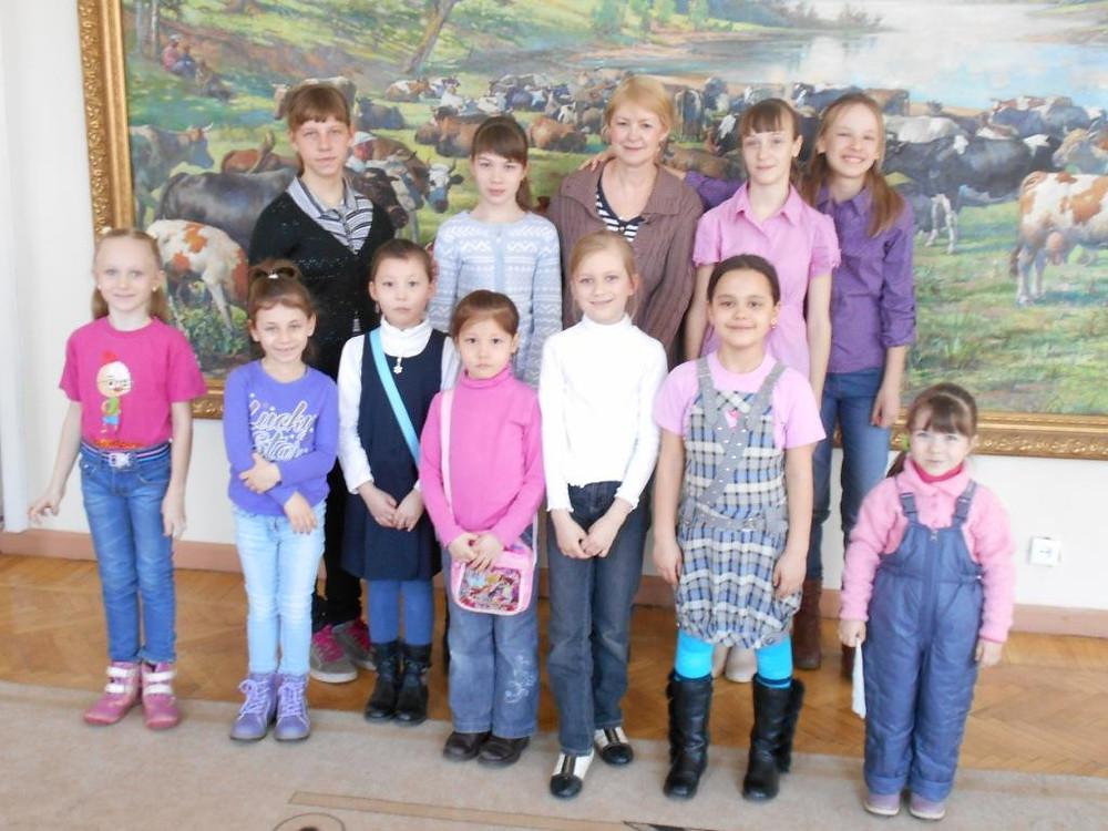 Учащиеся Земцовой в музее ИЗО.JPG