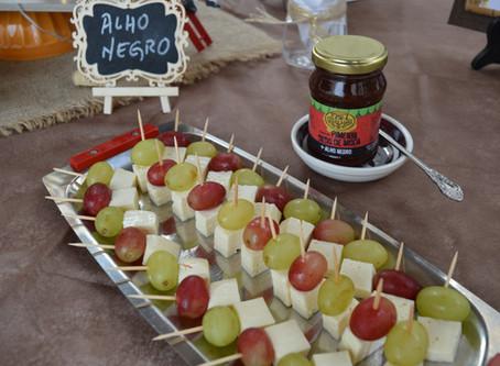 Espetinho de queijo e uva com Geleia de Pimenta com Alho Negro