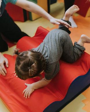 Criança fazendo estimulação