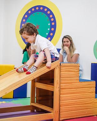 Criança descendo em móvel de madeira