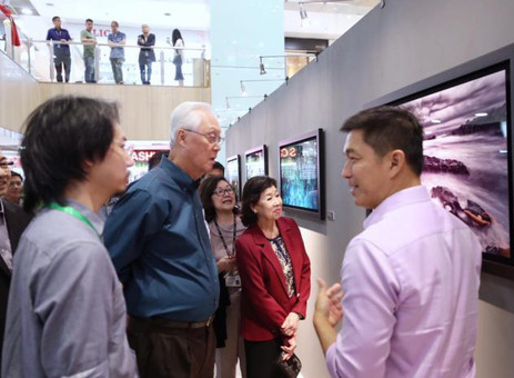 Goh Chok Tong visits Tan Chuan-Jin's photography exhibition that has already raised $600,000