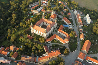 1280px-Zámek_Kostelec_nad_Černými_lesy.j