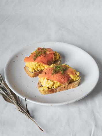 ขนมปังหน้าไข่คนและเบคอน