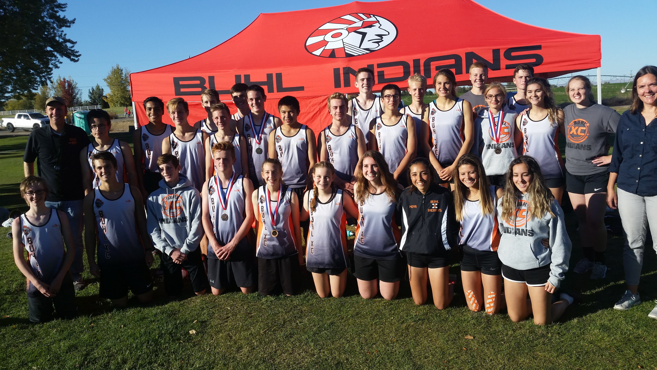 The Buhl Varsity XC Team snaps a picture at the District Meet.