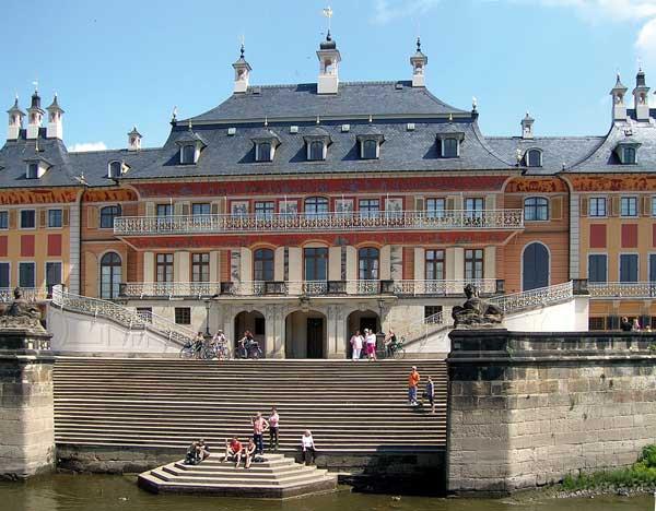 Schloß Pillnitz. Mittelpavillon des Wasserpalais mit Pöppelmann Treppe (1724) zur Anlegestelle der aus Dresden eintreffenden Gondeln [Wikipedia]