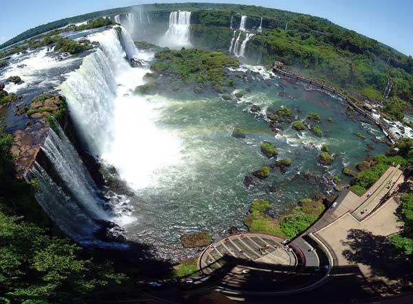 Iguazú-Wasserfälle im Dreiländereck  Argentinien, Brasilien, Paraguay. [Foto: Martin St-Amant – Wikipedia]