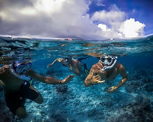 People snorkeling in the lagoon of Rartonga