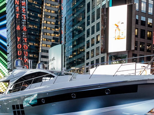 MarmoinoX a Times Square con Azimut Yacht