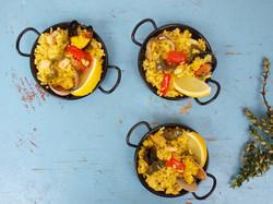 Bowl food. Mini seafood paella pans
