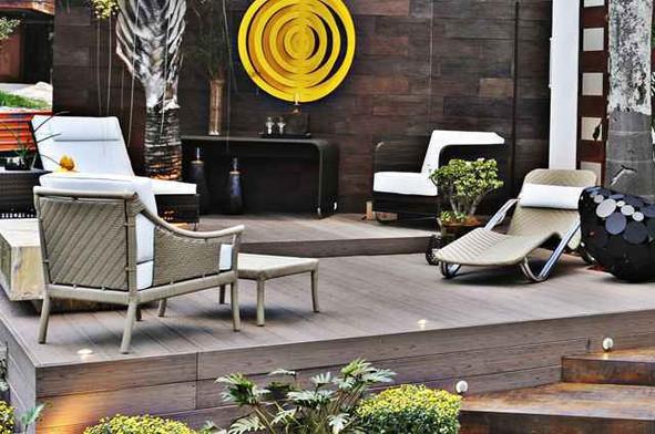 Decks em ambientes externos proporcionam praticidade e resistência