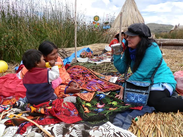 På øyer laget av siv i Titicacasjøen