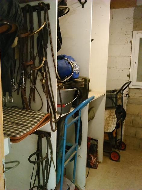 Espaces chariots et matériel dans deux selleries propriétaires