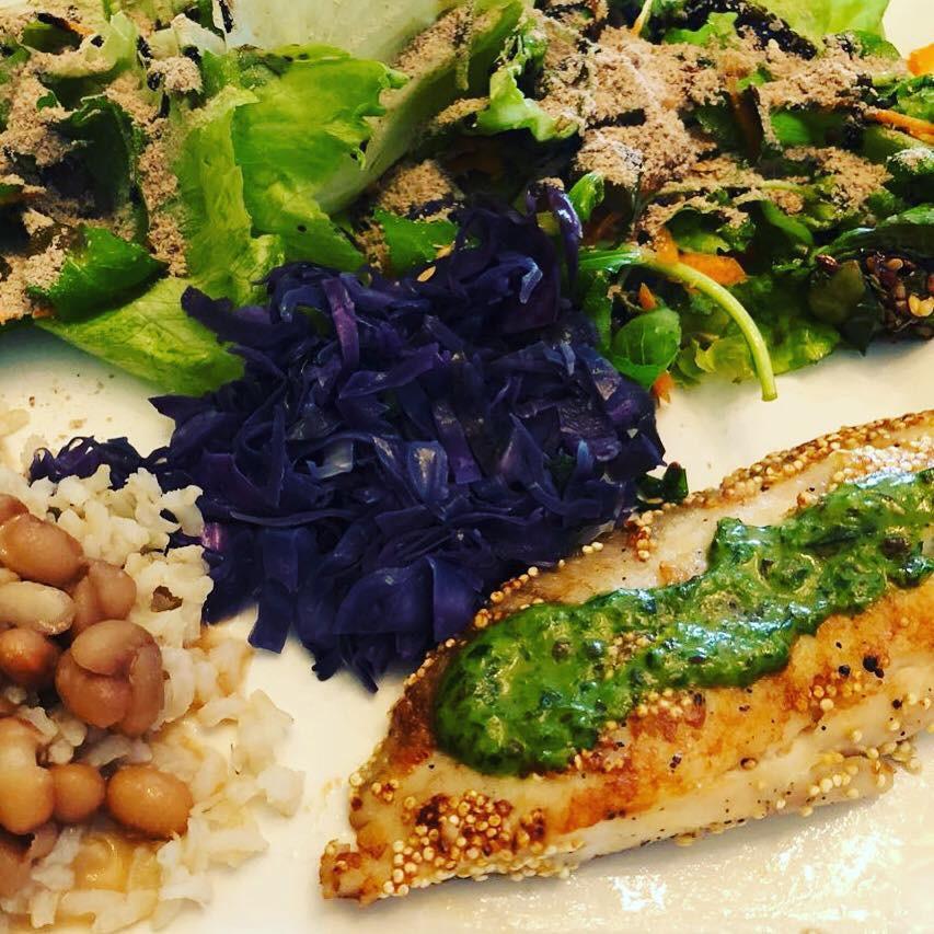 Terça-feira é dia de peixe 🐟 aqui em casa. Hoje foi feito grelhado com crosta de quinoa e molho de ervas frescas ( manjericão, salsinha, cebolinha, linhaça, alho e azeite de oliva), acompanhado de repolho roxo refogado, salada de folhas ( alface, rúcula e agrião) temperada com vinagre balsâmico reduzido com mel e para finalizar, o Ativo de Fibras que eu adoro consumir e indicar + o arroz e feijão de todo dia. Fontes de proteína, fibras, vitaminas, minerais, ômega 3 e 9, betacaroteno, antocianina. Auxiliando na função intestinal, saciedade, sistema imunológico, cardiovascular, cerebral e controle glicêmico. #alimentacaosaudavel #alimentacaofuncional #alimentacaofuncionalemcuritiba #educaçãoemdiabetes #saúde #personaldiet