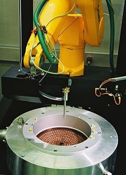 Roboterzelle mit Mineralgussunterbau zur Prüfung des Gasdurchflusses enies Triebwerkkopfes. D&T engineering GmbH