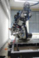 Roboter zum hochpräzisen Einkleben von bis zu 30 Zoll großen Scheiben. Kuka-Roboter. D&T engineering GmbH